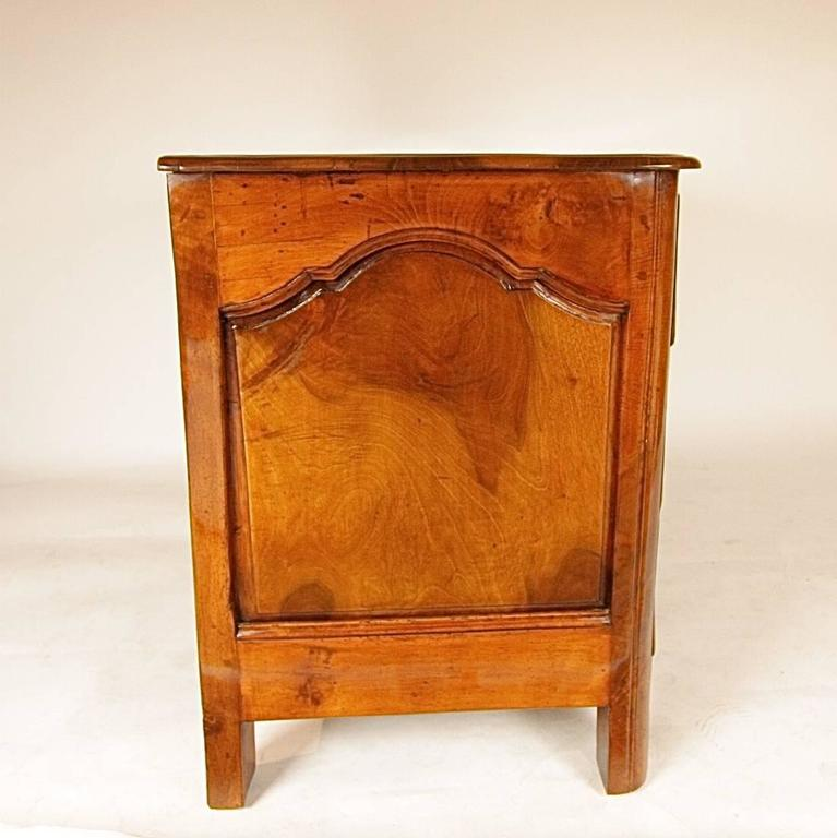 Early 18th Century Regence Walnut Commode For Sale 1