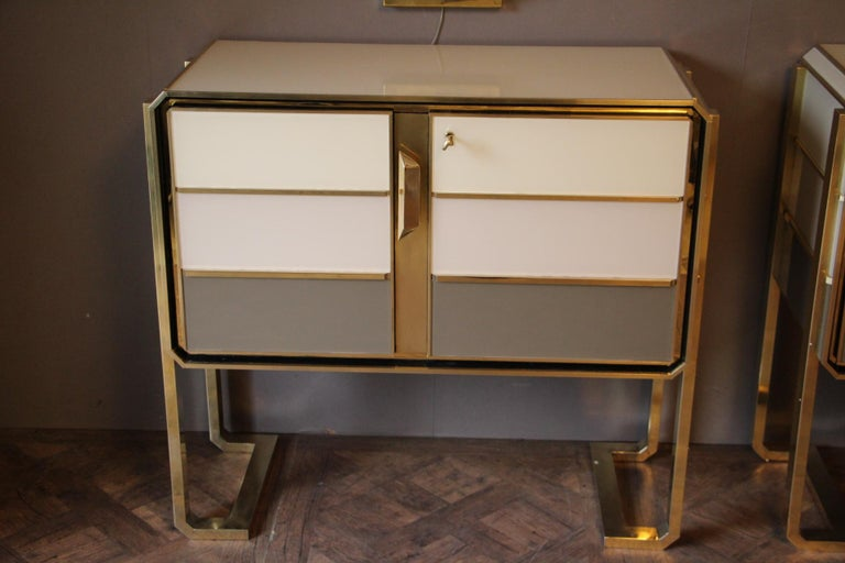 Mid-Century Modern 1970s Italian Art Deco Design Pair of Brass, Beige-Grey Murano Glass Cabinets For Sale