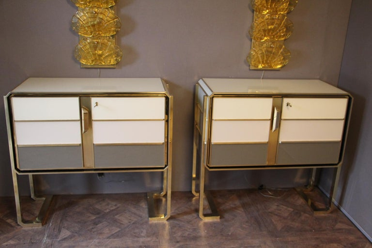 1970s Italian Art Deco Design Pair of Brass, Beige-Grey Murano Glass Cabinets For Sale 7