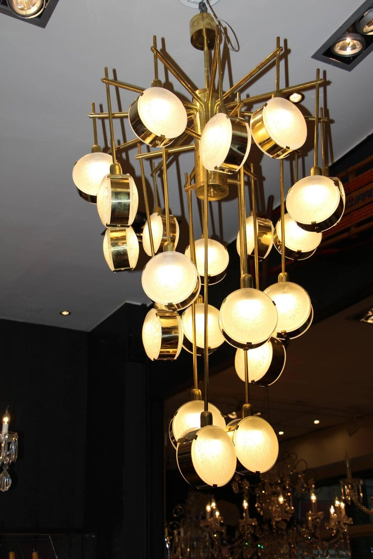 Italian Mid-Century Modern Brass and Glass Long Chandelier For Sale 1