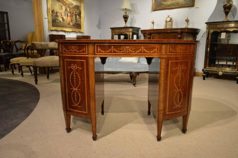 Fine Quality Mahogany Inlaid Late Victorian Period Kidney Shaped Desk In  Excellent Condition For Sale In - Fine Quality Mahogany Inlaid Late Victorian Period Kidney Shaped