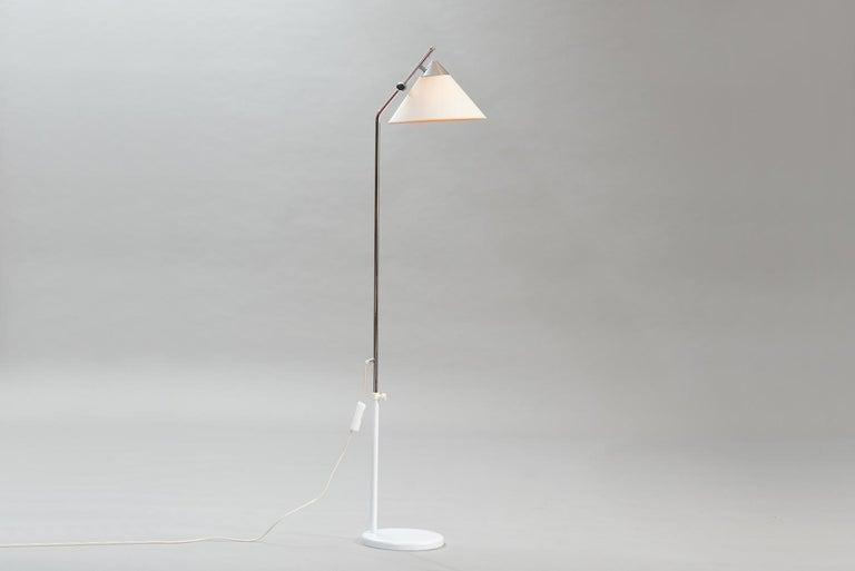 Mid-Century Modern adjustable chrome and white lacquered floor lamp. Diam. 29 cm (shade), H 160 cm, D 33 cm.