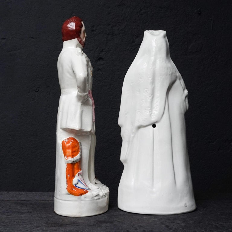 Large Victorian Staffordshire Figurines of Queen Victoria and Prince Albert In Good Condition For Sale In Haarlem, NL