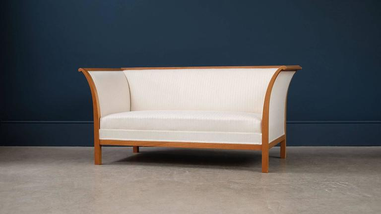 Super elegant and beautiful two-seat sofa designed by Fritz Henningsen for cabinet maker Rud Rasmussen, Denmark. Rare example of this ultra high quality sofa in sculptural solid mahogany with reindeer hair and silk upholstery.