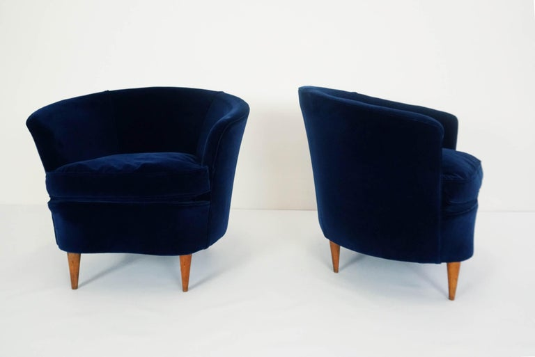 Mid-Century Modern Gio Ponti Attributed, Pair of Cozy 'Shell' Armchairs For Sale