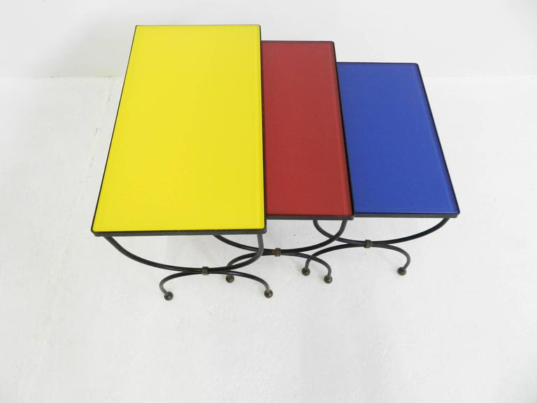 "Set of Nesting Tables Attributed to Jean Royère with ""Mondrian"" Colored Glass In Excellent Condition For Sale In Chiasso, CH"