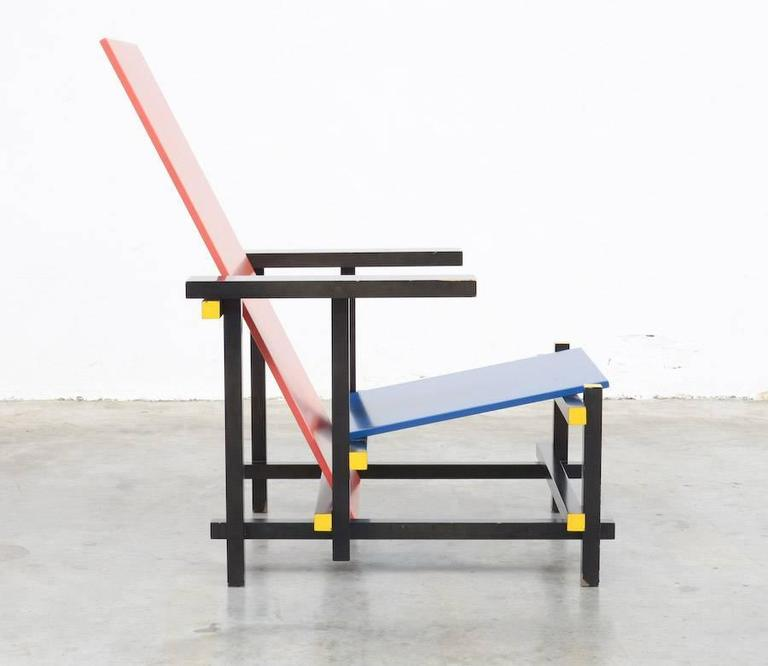 The legendary red and blue chair is probably best known as the Rietveld chair. Despite the sleek design, featuring two plywood plates and 15 connecting bars, this armchair is very comfortable to sit and read. Rietveld designed the chair in 1918 but