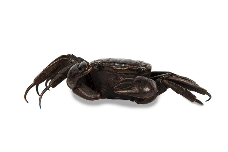 Bronze sculpture representing an articulated crab with brown patina, moving eyes.