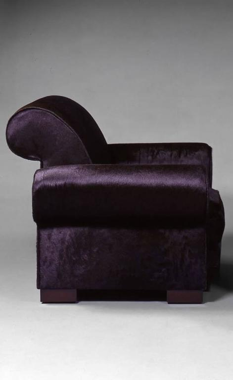 The scrolling back is framed by two imposing rounded armrests with lobes bounce in support on the amounts.  The whole is covered in dark brown foal fur and rests on four square feet in mahogany stained beech.  Bibliography: Similar model
