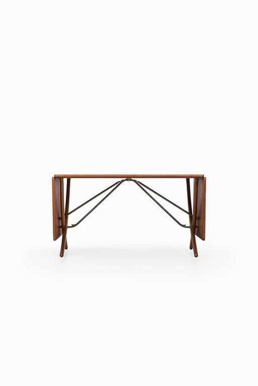 Rare dining table model AT-304 designed by Hans Wegner. Produced by Andreas Tuck in Denmark.