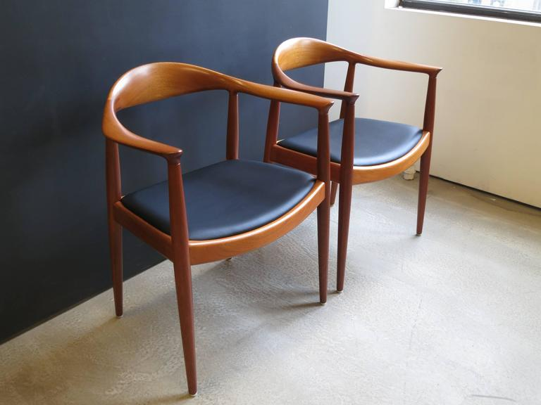 Hans Wegner Set Of Eight Round Back Dining Chairs In Mahogany And Black Leather 2