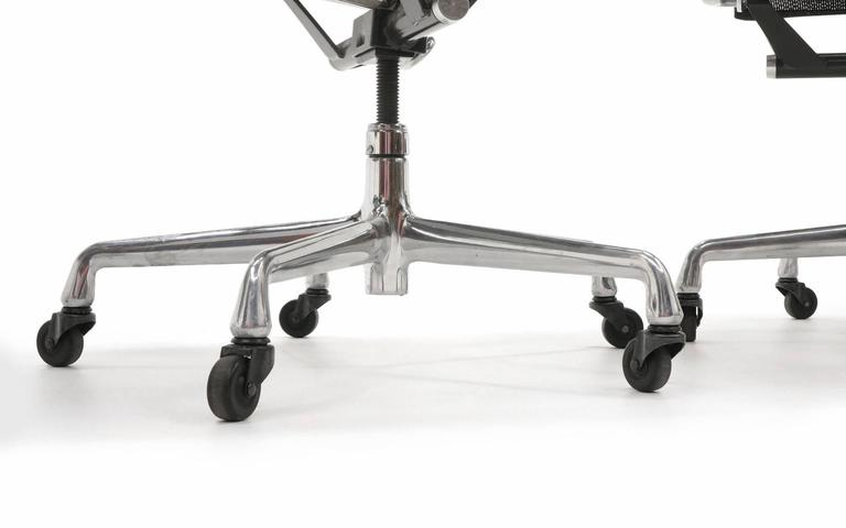 ONLY ONE LEFT!! Black Mesh Eames Aluminum Group dining / conference chairs.  For Sale 3