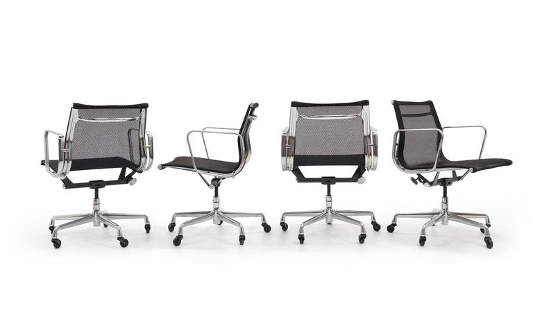 ONLY ONE LEFT!! Black Mesh Eames Aluminum Group dining / conference chairs.  In Excellent Condition For Sale In Kansas City, MO