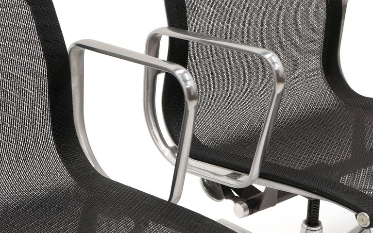 ONLY ONE LEFT!! Black Mesh Eames Aluminum Group dining / conference chairs.  For Sale 1