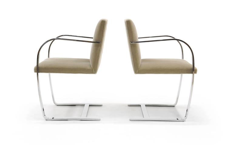 Mid-Century Modern Pair of Ludwig Mies van der Rohe Flat Bar Brno Chairs for Knoll For Sale