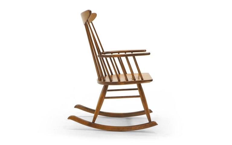 Schaukelstuhl mit Lehne aus dünnen Holzstäben, hergestellt von Conant Ball 3