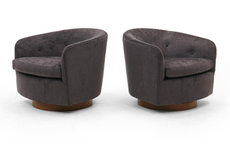 Mid-Century Modern Pair of Milo Baughman Tilt Swivel Club Chairs, Charcoal Robert Allen Chenille For Sale