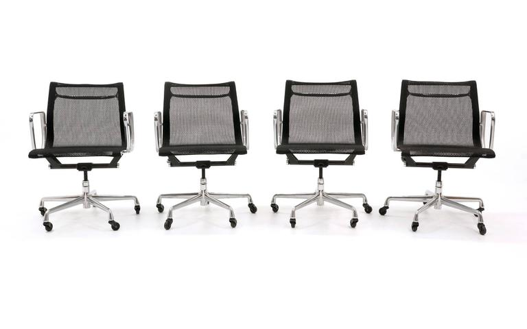 American ONLY ONE LEFT!! Black Mesh Eames Aluminum Group dining / conference chairs.  For Sale