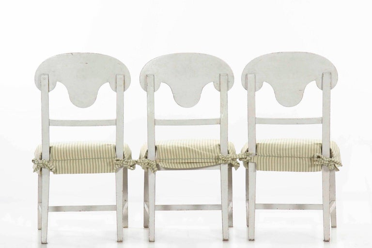 Swedish Gustavian Style Set of Six White Painted Dining Chairs In Good Condition For Sale In Shippensburg, PA