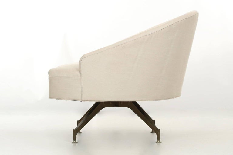 American 20th Century Tufted Linen Vintage Chaise Longue Chair with Ottoman For Sale