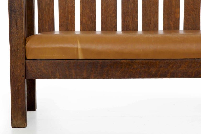 20th Century Arts & Crafts Mission Leather & Oak Antique Hall Settle Sofa Settee In Good Condition For Sale In Shippensburg, PA