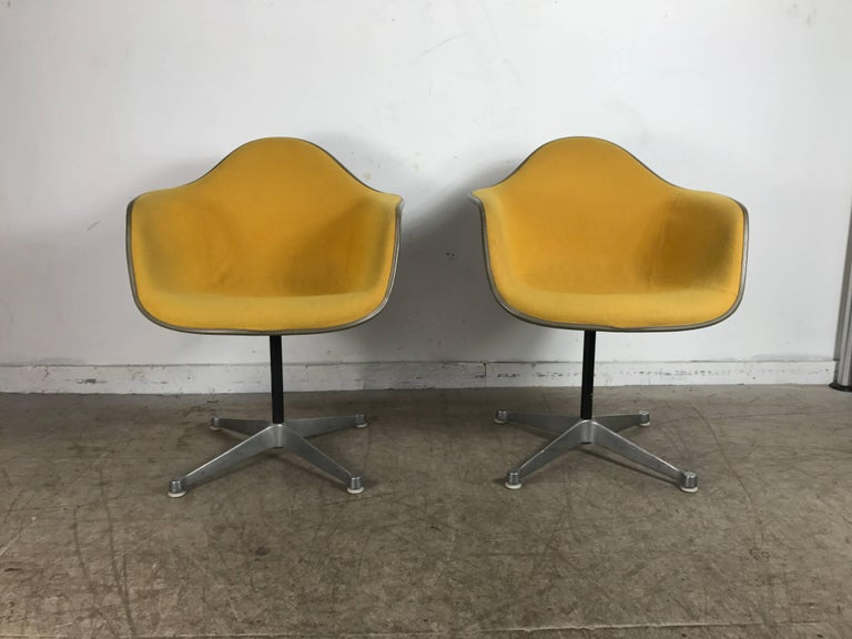 Mid-Century Modern Pair of Charles and Ray Eames Swivel Padded Arm Shell Chairs, Two-Tone For Sale