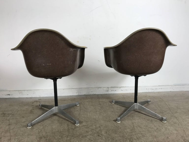 20th Century Pair of Charles and Ray Eames Swivel Padded Arm Shell Chairs, Two-Tone For Sale