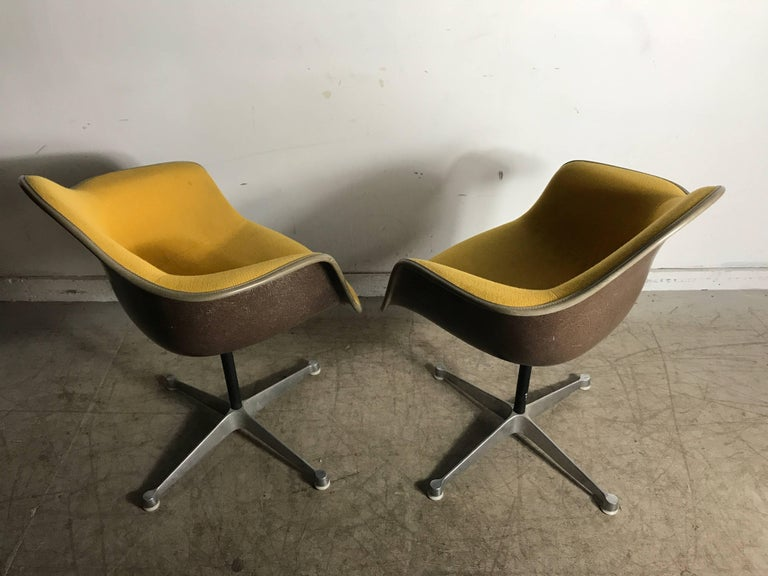 Pair of Charles and Ray Eames Swivel Padded Arm Shell Chairs, Two-Tone For Sale 3