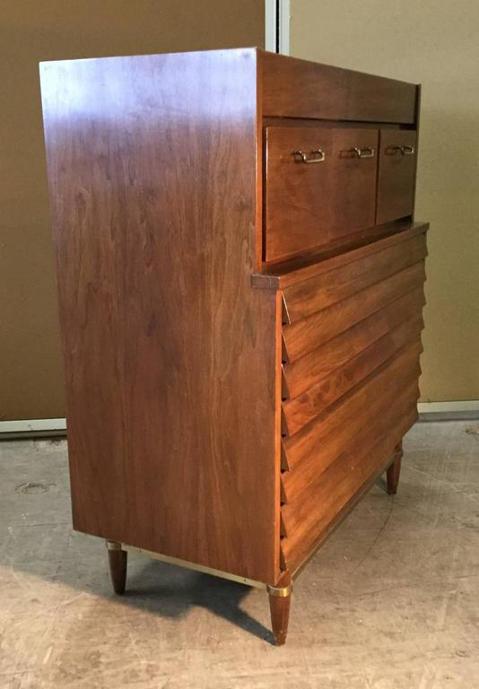 Classic Modernist Chest of Drawers or Dresser, American of Martinsville In Good Condition For Sale In Buffalo, NY