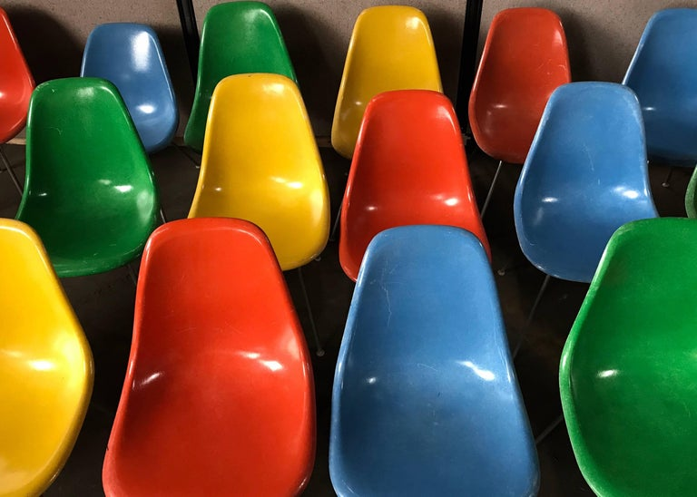 Set of 18 Charles and Ray Eames Fiberglass Scoop Shell Chairs DSX Herman Miller In Good Condition For Sale In Buffalo, NY