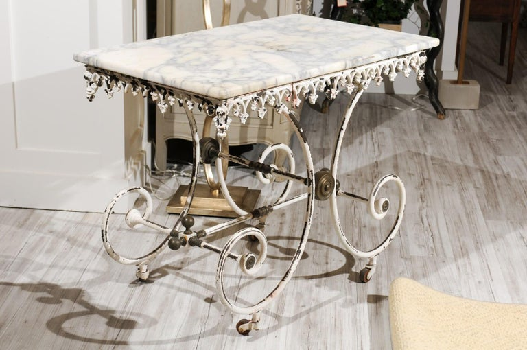 French 1920s White Painted Iron Pastry Table with Marble Top and Brass Accents For Sale 2