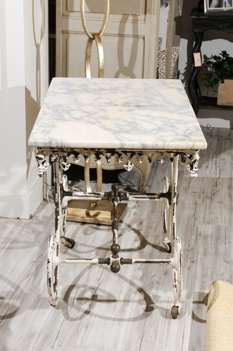 French 1920s White Painted Iron Pastry Table with Marble Top and Brass Accents For Sale 3