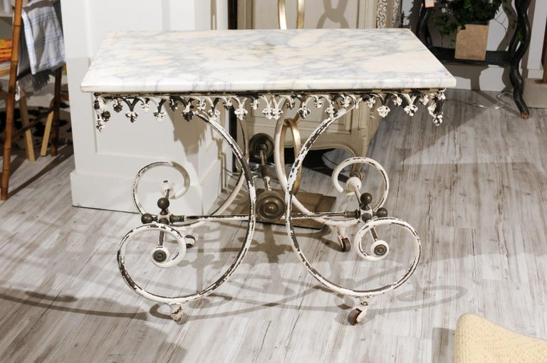 French 1920s White Painted Iron Pastry Table with Marble Top and Brass Accents For Sale 4