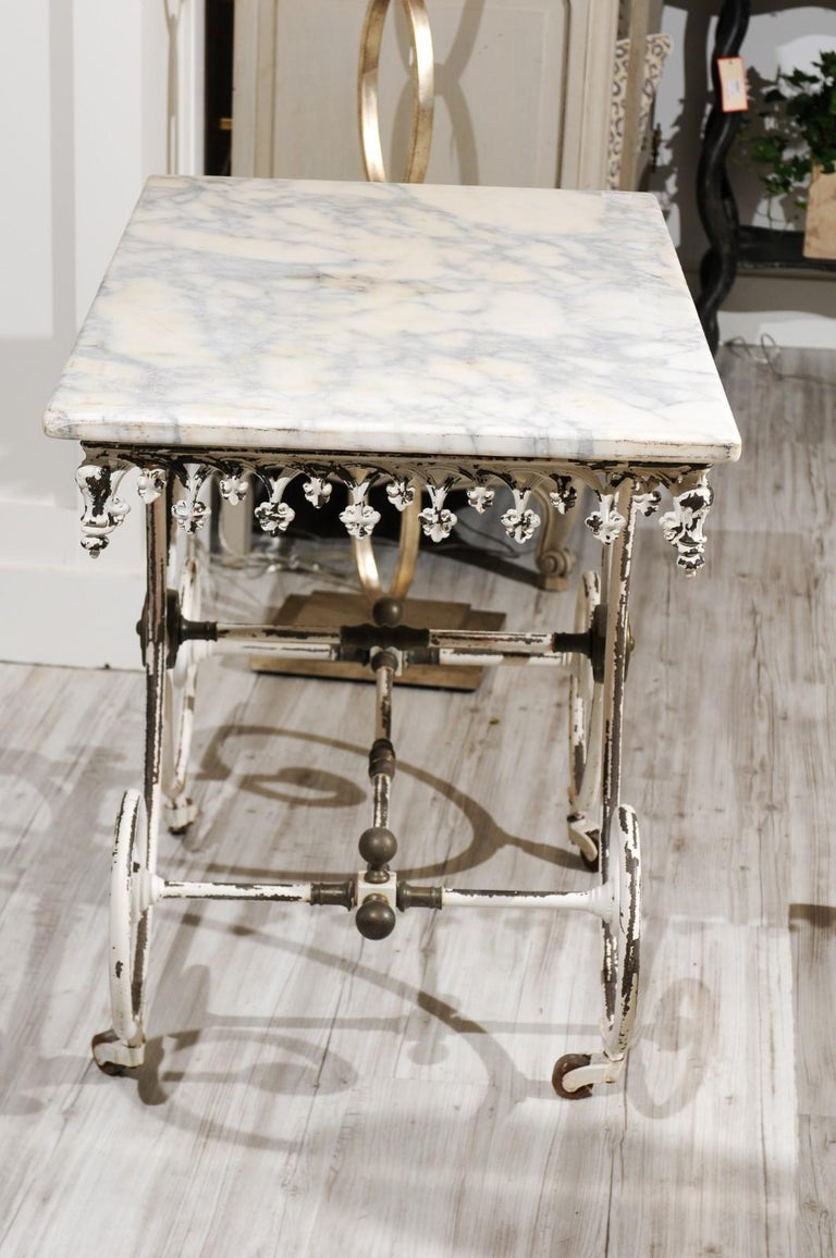 French 1920s White Painted Iron Pastry Table with Marble Top and Brass Accents For Sale 6