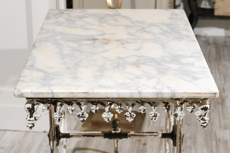 French 1920s White Painted Iron Pastry Table with Marble Top and Brass Accents For Sale 7