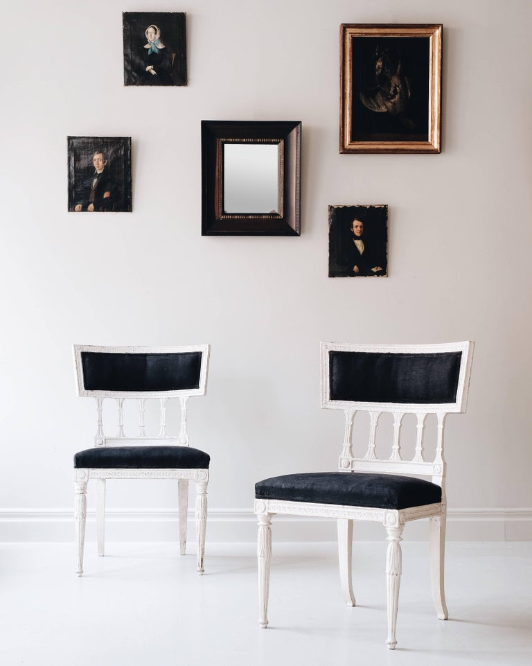 Good pair of early 19th century Gustavian chairs in secondary color, Stockholm Sweden, circa 1810. Attributed to master chair maker Melchior Lundberg, (1774-1812).