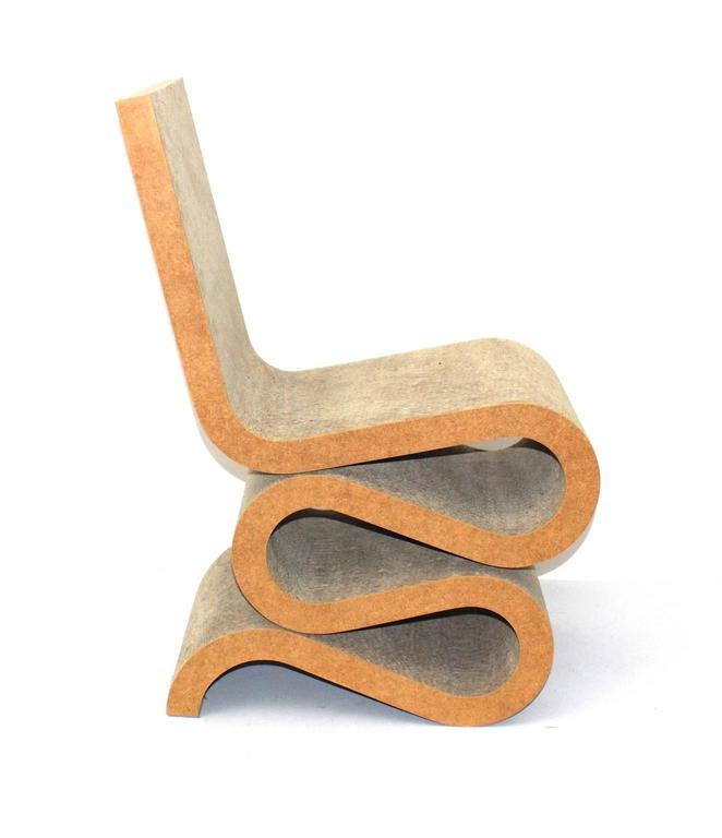A mid century modern vintage cardboard wiggle chair, which is a great design side chair by Frank O. Gehry, 1972 for Jack Brogan, USA 1972-1973. Reissued by Vitra from 1992 as Wiggle side chair. The vintage Wiggle Side Chair features a laminated and