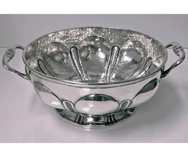 1940s Mexican hammered and polished silver bowl, Mendoza, circa 1930. The deep circular two handled bowl on pedestal base with polished lobate surround and hand hammered interior. Stamped on underside Mendoza 900/1000 and early eagle mark. Measures: