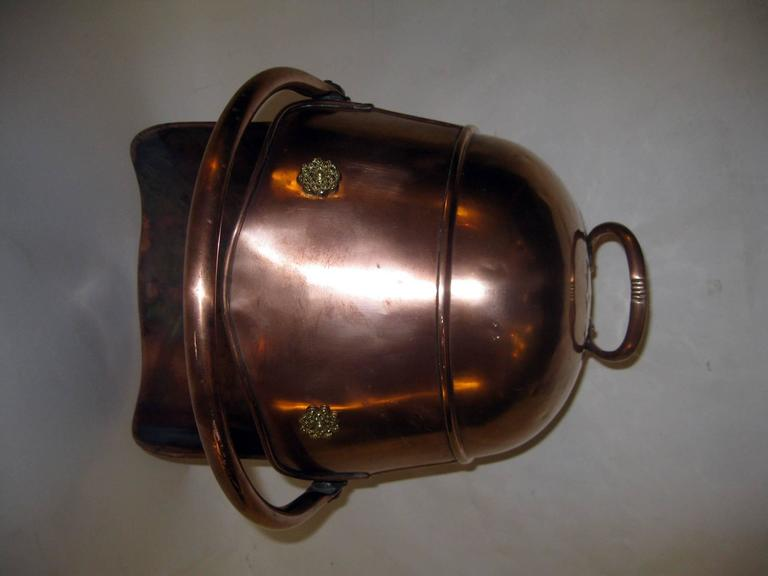 19th century Scottish Helmet Copper Coal Scuttle In Good Condition For Sale In Savannah, GA