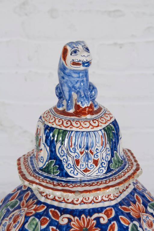 Chinoiserie 18th Century Delft Polychrome Covered Vase For Sale