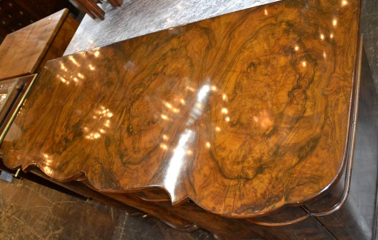 Early 20th Century Excellent Quality Italian Burl Walnut Buffet For Sale