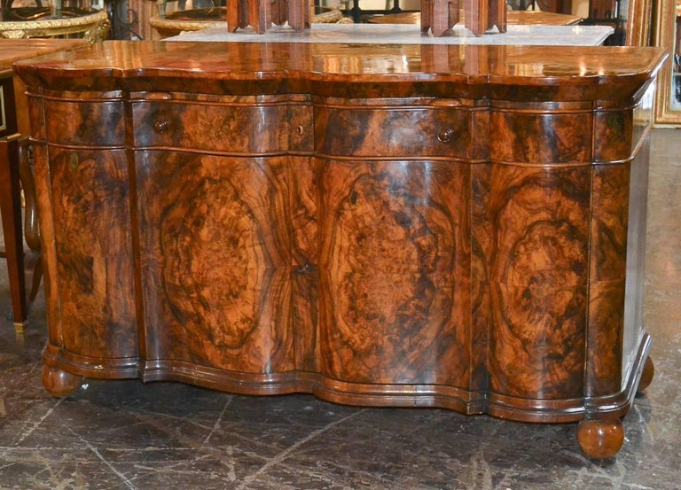 Excellent Quality Italian Burl Walnut Buffet In Good Condition For Sale In Dallas, TX