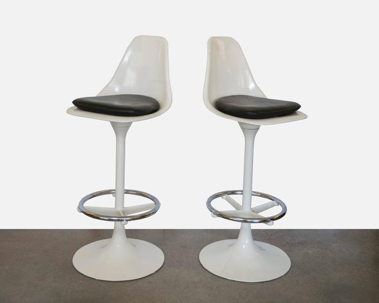 There weren't many of these tulip chairs made in bar stool height. We don't believe they were manufactured by Knoll but they're Classic Saarinen design from the 1960s.