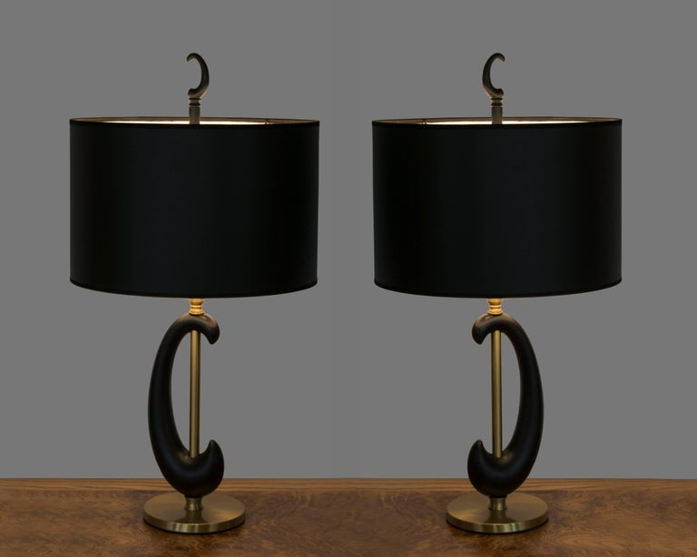 Mid-20th Century Pair of Black Enamel and Brass Amoeba Shape Lamps by Rembrandt For Sale