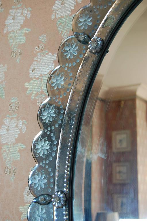 Oval Italian Art Deco Wall Mirror with Wheel Cut Designs, circa 1930-1940 For Sale 3