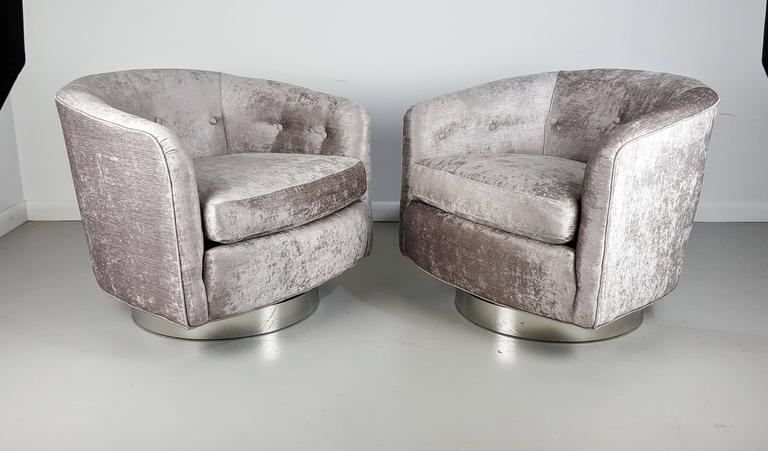 American Incredible Swivel Lounge Chairs In Silver Velvet On Chrome Bases,  1970s For Sale