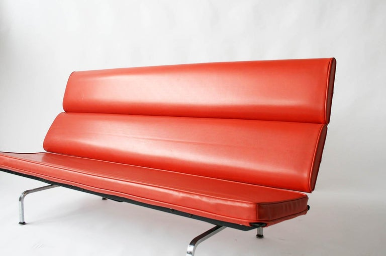 Eames Sofa Compact in Original Fabric In Excellent Condition For Sale In Chicago, IL