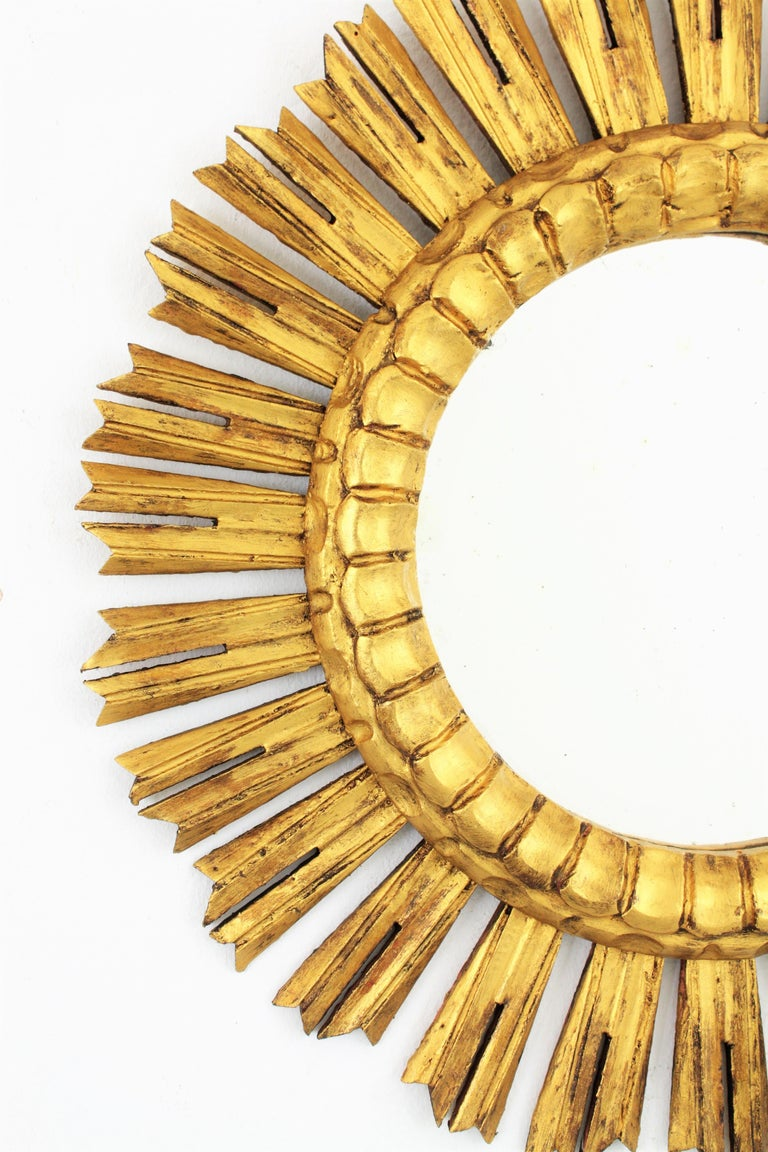 French 1930s Medium Sized Carved Giltwood Sunburst Mirror In Excellent Condition For Sale In Barcelona, ES