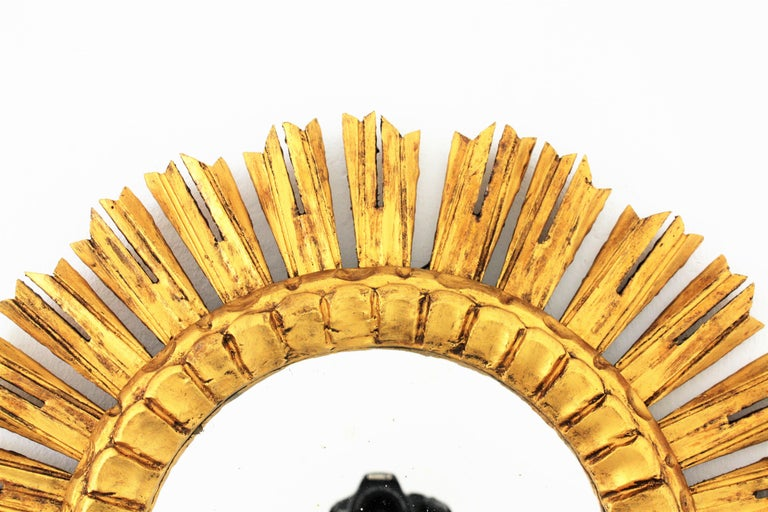 French 1930s Medium Sized Carved Giltwood Sunburst Mirror For Sale 1