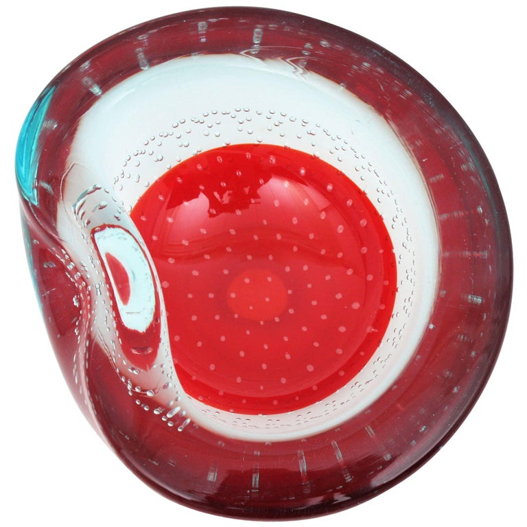 Beautiful Murano art glass bowl or ashtray attributed to Galliano Ferro. An spectacular decorative design with hundreds of controlled blown bubbles in clear blue glass and red, Italy, 1950s-1960s.